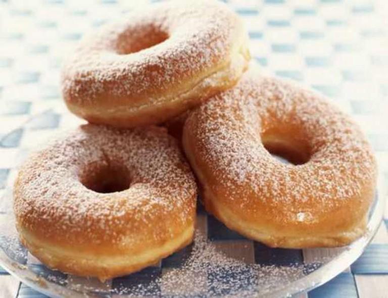 Powdered sugar donuts | © Salim Virji/Flickr