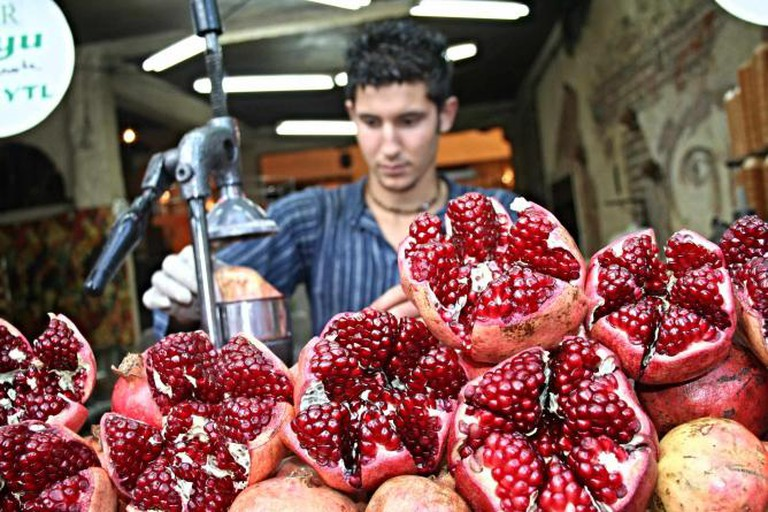 Making pomegranate juice © Jessica May H./WikiCommons