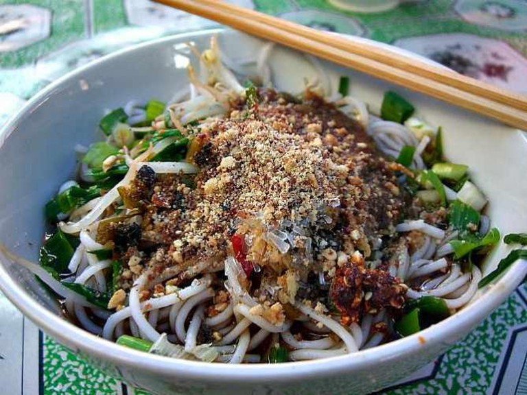 Rice Noodles with Cold Spicy Garlic Sauce and Peanuts - Laomeng Market | © Alpha/Flickr