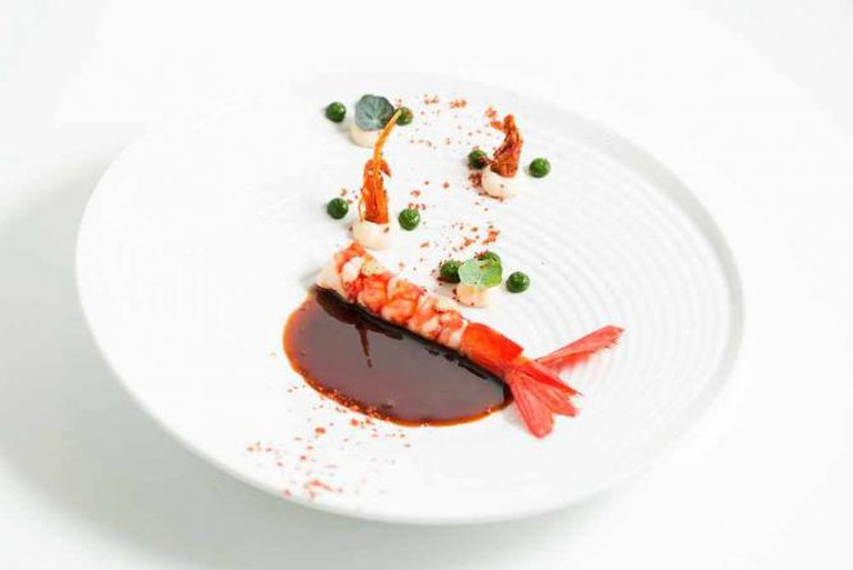 Scarlet prawn with spinach and cauliflower drops | Courtesy of 100 Maneiras