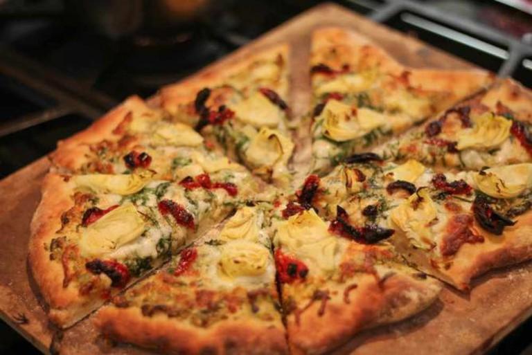 Pesto pizza with artichoke hearts and sundried tomatoes   © timquijano/Flickr
