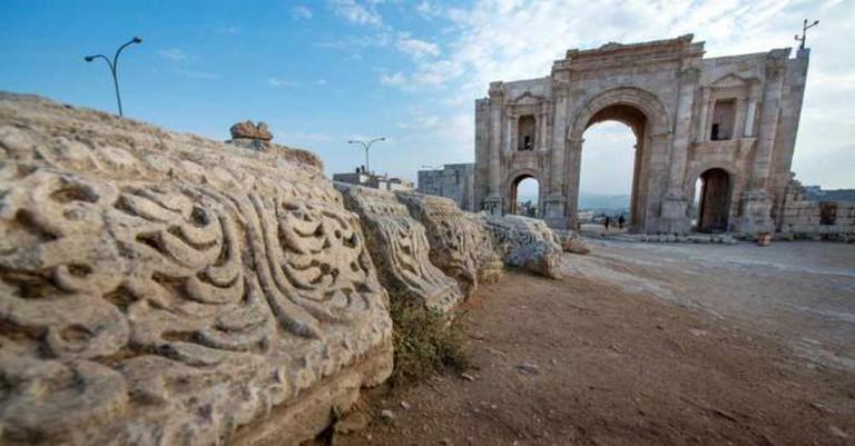 Detail with Arch of Hadrian   © MerlijnHoek