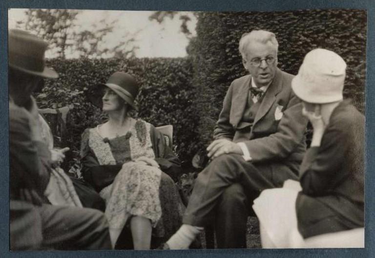 Walter de la Mare; Bertha Georgie Yeats (née Hyde-Lees); William Butler Yeats; unknown woman, by Lady Ottoline Morrell (died 1938) |© Yann/Wikicommons