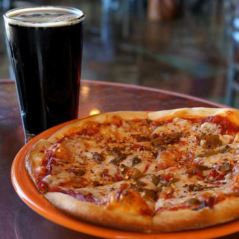 Pizza & beer | © Samat Jain/Flickr