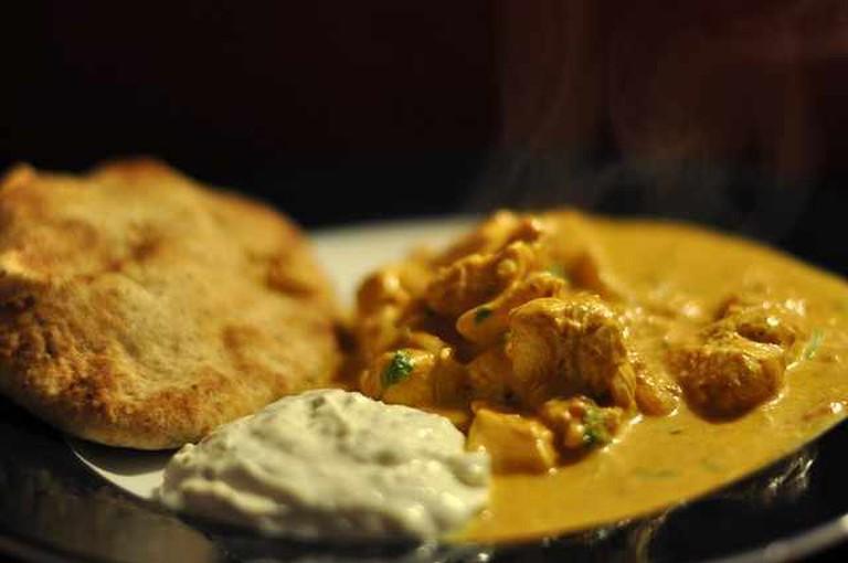 Butter chicken med raita og naan   © cyclonebill/Flickr