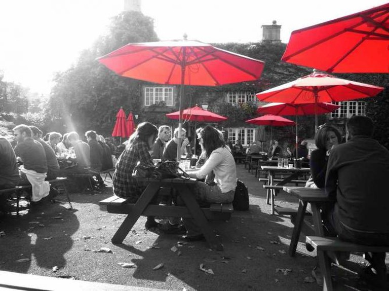 Red Parasols, The George, Bath © Hotfish/Flickr