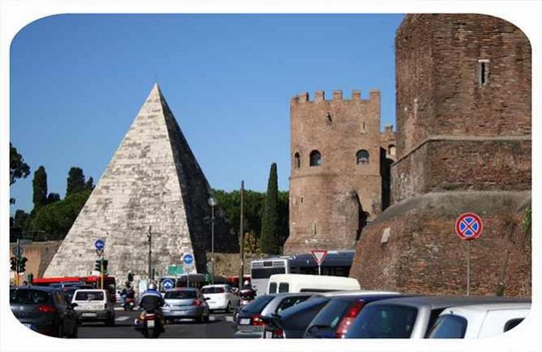 Pyramid of Cestius | © Sunshinecity/Flickr