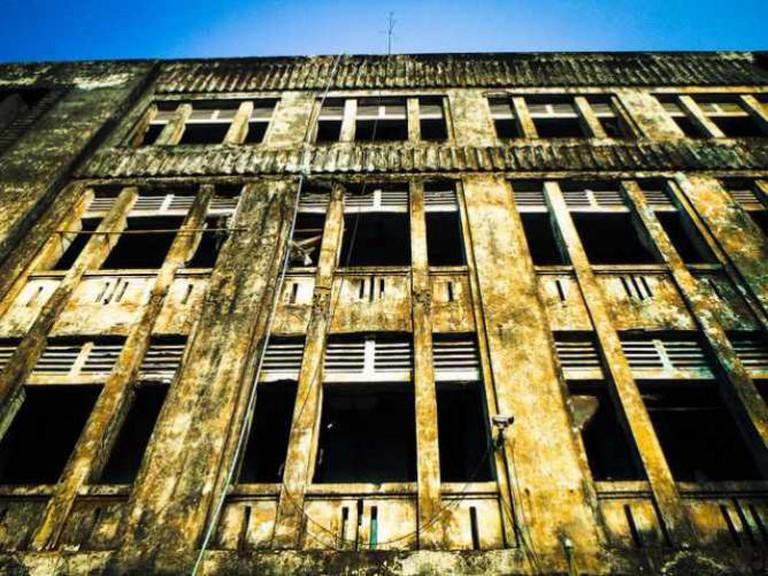 Empty building facade decrepit   © Insights Unspoken/Flickr