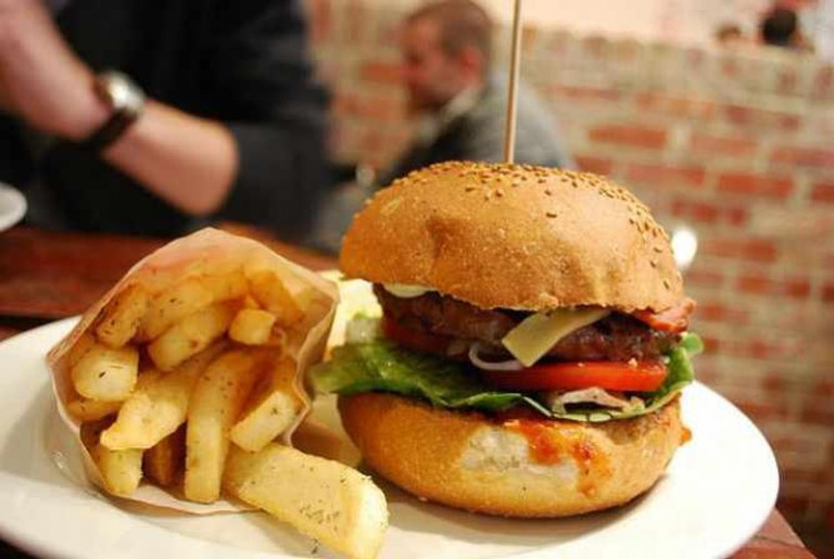 Crispy Bacon and Cheese Burger, Snack Fries | © Alpha/Flickr