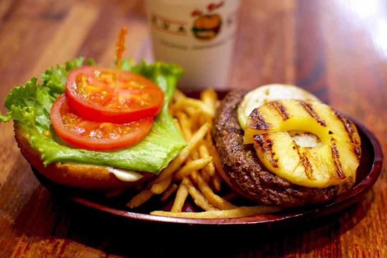 Kua 'Aina Pineapple Burger   © Amehare/Flickr