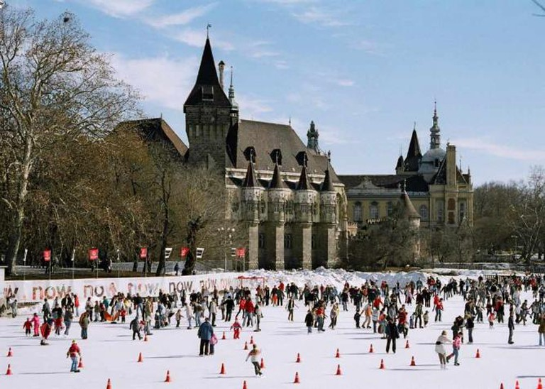The ice-skating rink and Vajdahunyad Castle - City Park | © Themightyquill/WikiCommons