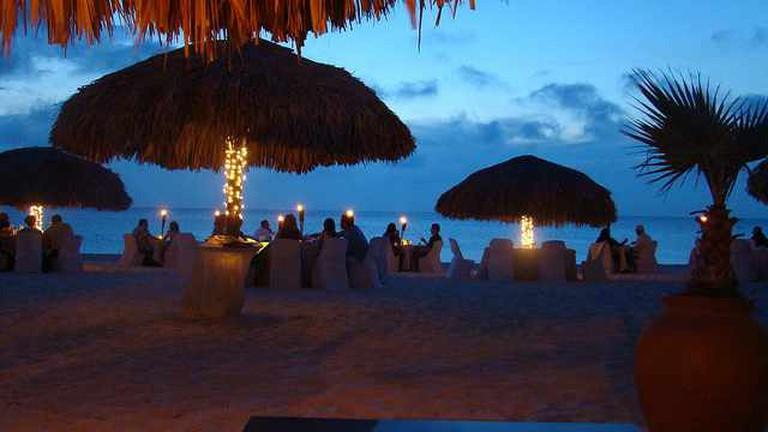 Beachfront dining | © PROKlobetime/Flickr