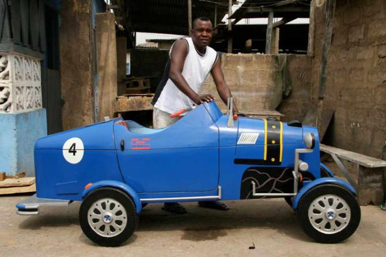 Car-shaped fantasy coffin by coffin maker Daniel Mensah | © Regula Tschumi/WikiCommons