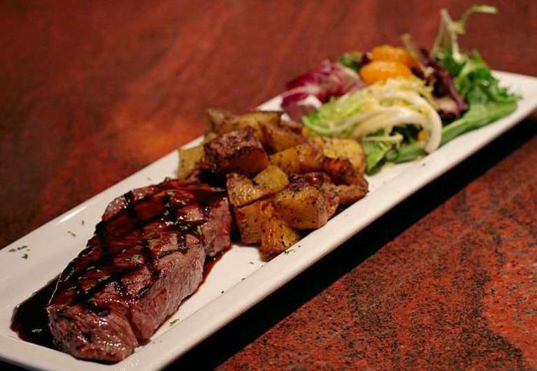 Steak Pommes-Frites presentation | © waferboard/Flickr