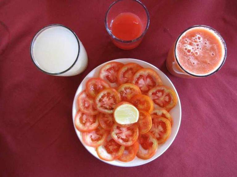 Tomato salad and juices | © Fabrice Florin/Flickr