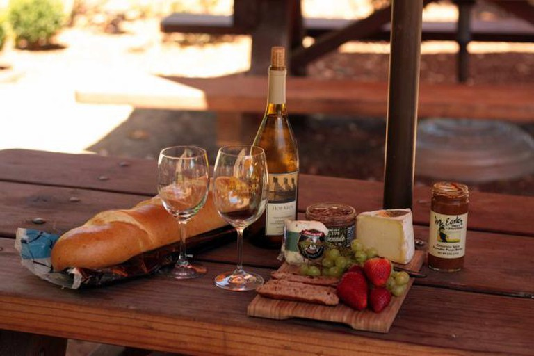 White wine tasting with cheese | © Sean Freese/Flickr