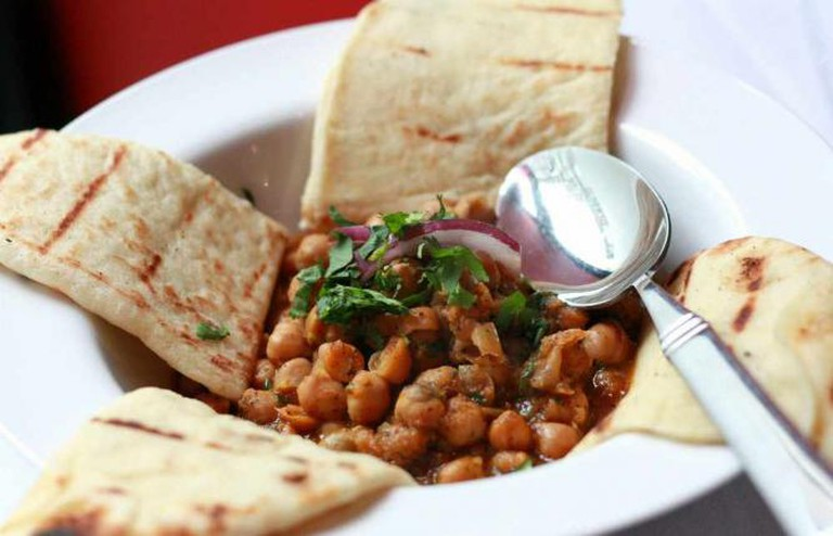 Chana masala with naan | © Jennifer/Flickr