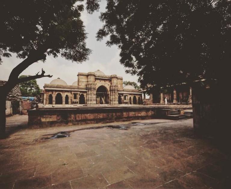 The beautiful Sultani Mosque enveloped by huge neem trees | © Aditi Gupta