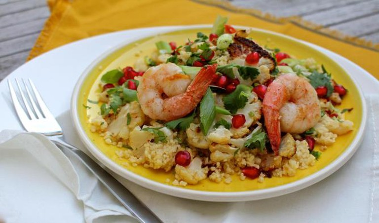 Couscous with charred cauliflower and prawns | © Annelies Vermeir