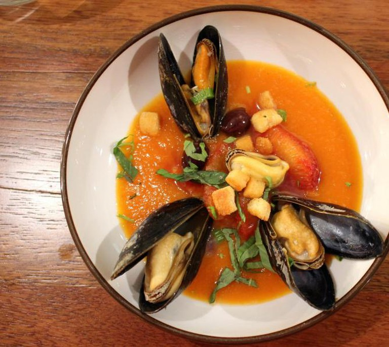 Mussels with tomato, blood orange and olives | © Annelies Vermeir