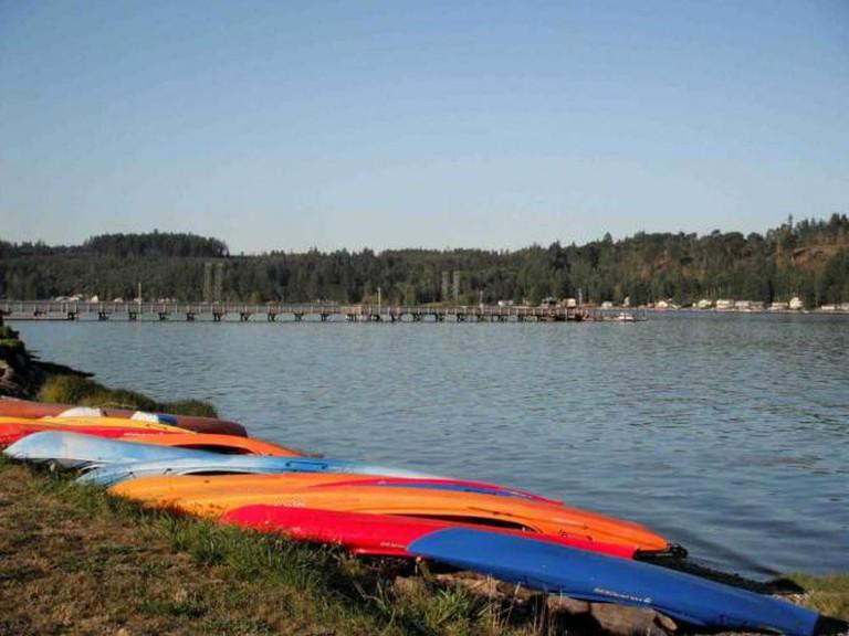 Kayaks lined up © Christine Majul/flickr