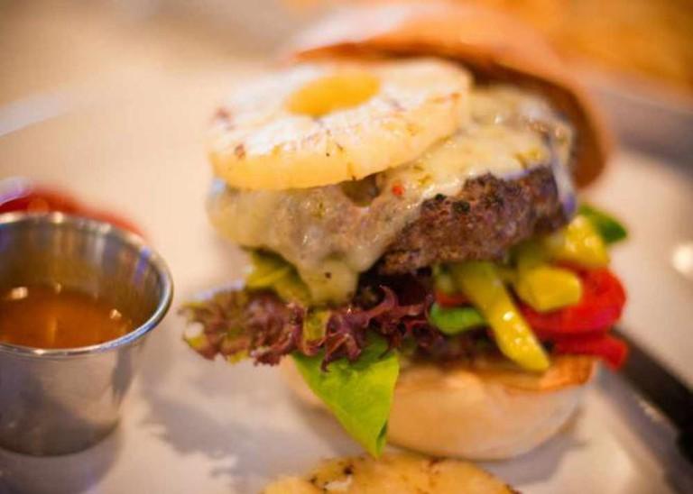 Pineapple on a burger | © Kanaka Menehune/Flickr