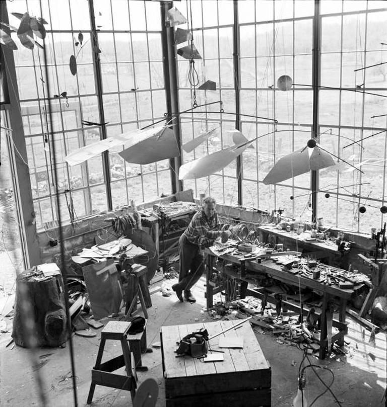 Alexander Calder in his Roxbury studio, 1941 l Courtesy of the Calder Foundation, New York / Art Resource, NY © ARS, NY and DACS, London 2015