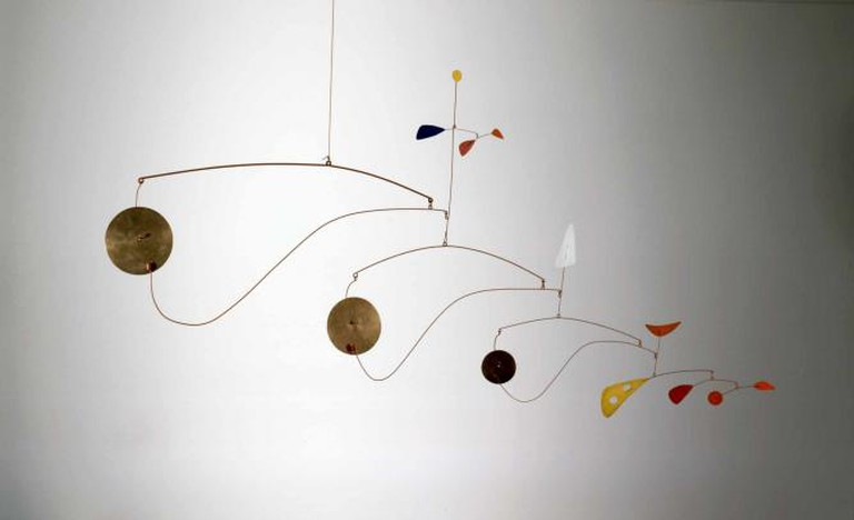 Triple Gong, c.1948, brass, sheet metal, wire, and paint, 99.1 × 190.5 × 7 cm, Calder Foundation, New York, NY, USA l Courtesy of the Calder Foundation, New York / Art Resource, NY © ARS, NY and DACS, London 2015