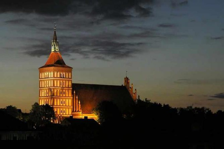 Olsztyn Cathedral at night | © Dominik Tyniw/WikiCommons/Public Domain