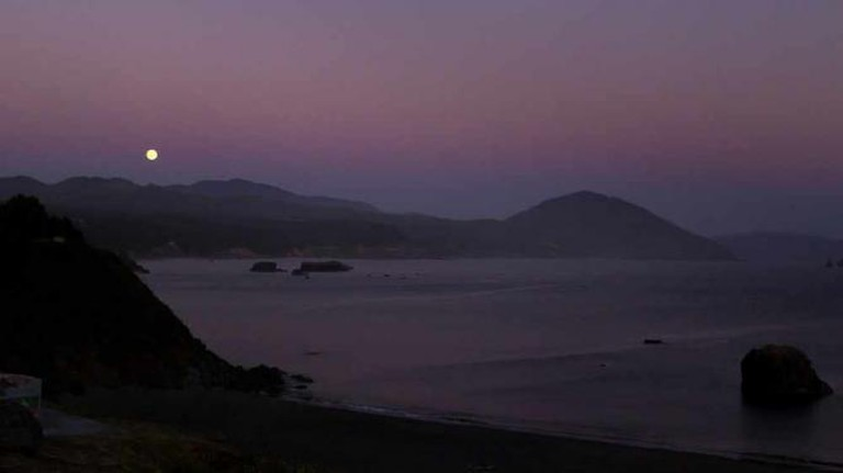 Moonrise in Port Orford, OR | © Sheila Sund/Flickr