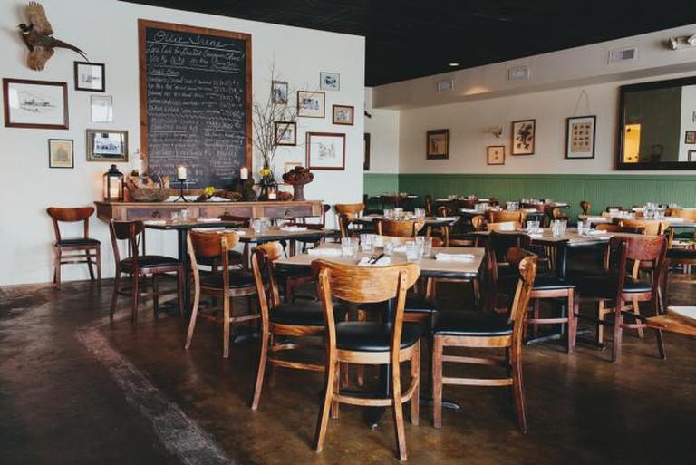 The cozy dining room of Ollie Irene | © Andrew Thomas Lee