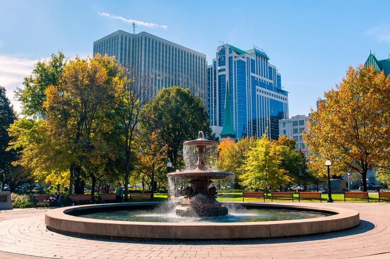 Fountain in Confederation park in Ottawa © Julien Hautcoeur
