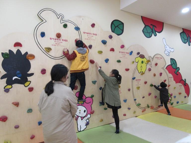Climbing Wall at Hello Kitty Island | © anokarina / flickr