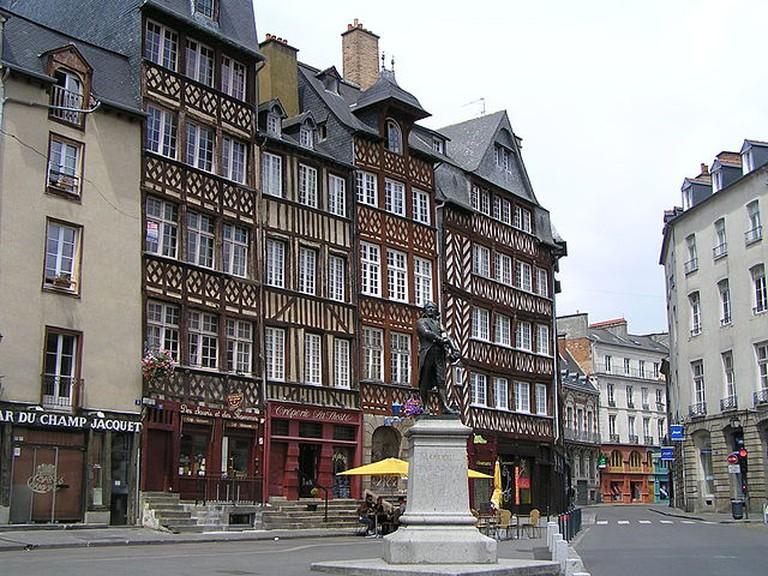 maison médiévale, Place du Champ-Jacquet à Rennes et statue de Jean Leperdit | © Rosier/Wikicommons