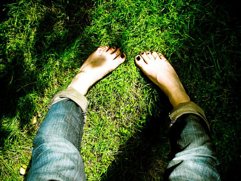 Barefoot in the garden   © LaVladina/Flickr