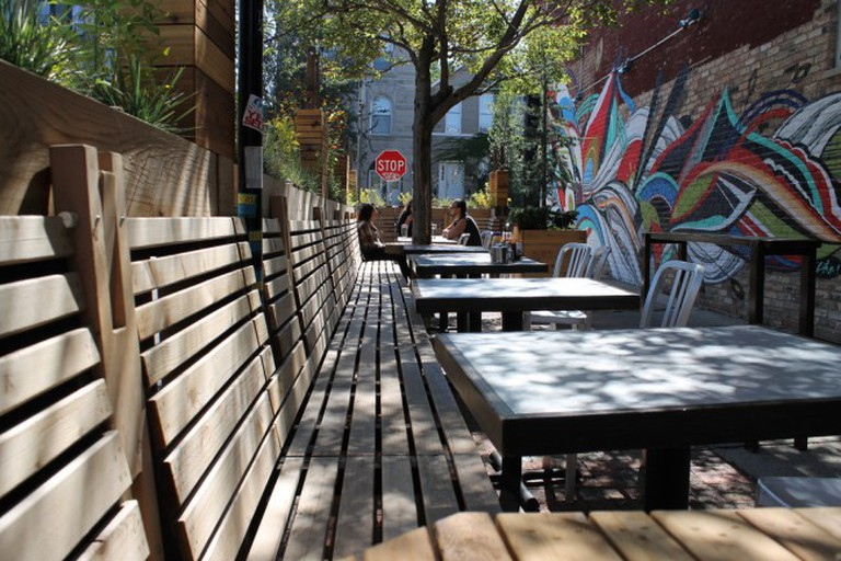 Outdoor seating at Simone's and a mural | © Connie Ma/Flickr