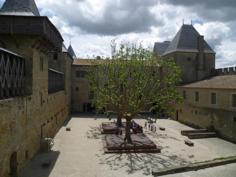 The inner courtyard of the castle of Carcassone | © Lisa Stevens/Flickr