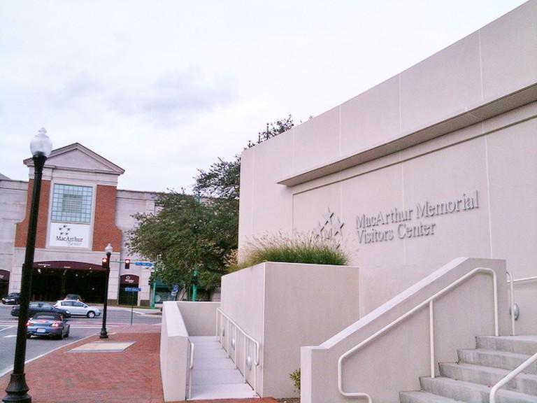 MacArthur Memorial Visitor Center and Shopping Mall, Norfolk © brownpau/Flickr