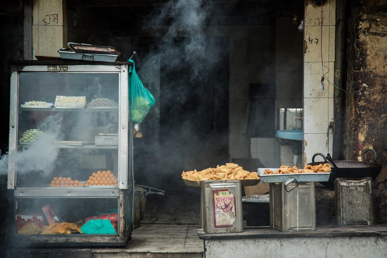 Indian local sweet and snack shop.The local street atmosphere in India © Adam68 / Shutterstock
