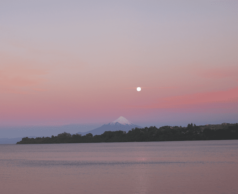 Full moon and sunset over the Osorno volcano, Puerto Varas, Chile © PRODominic Sagar / Flickr