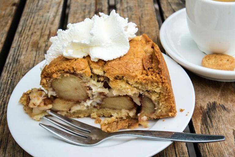 Apple pie with cream