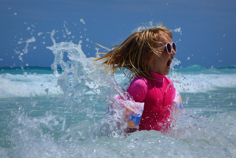 Having Fun with the Sea Waves | © Ben_Kerckx/Pixabay