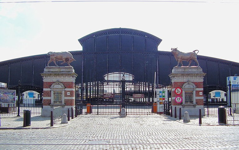 Two bulls guard the entrance to the old abattoir, now housing a new food hall | © Ben2/WikimediaCommons