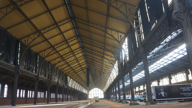 One of the enormous halls at Tour & Taxis, with a ceiling of 25 meters high | © Sam Romilly/Flickr