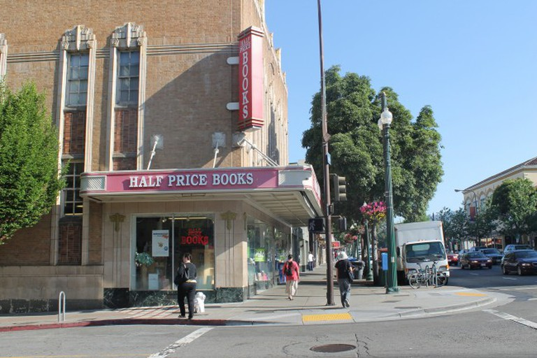 Half Price Books © Connie Ma/Flickr