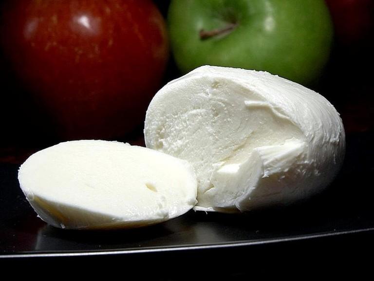 Mozzarella_cheese_(1)