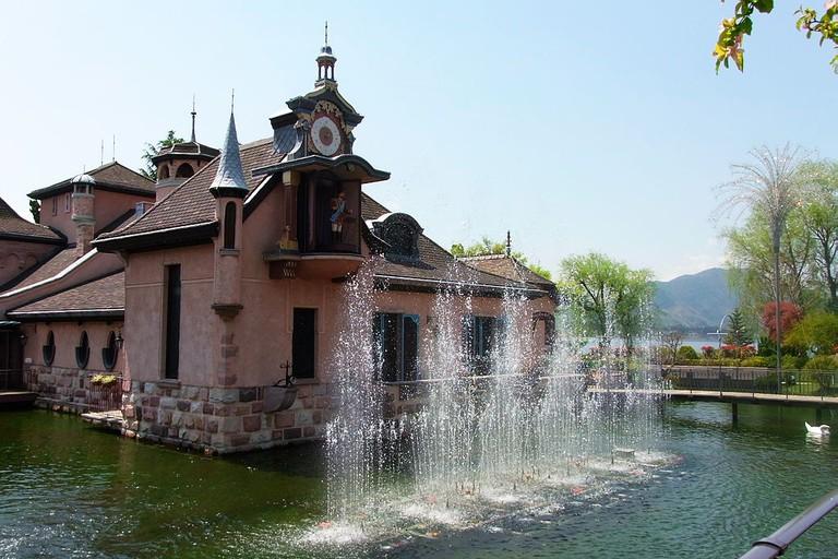 The fountain show on the hour every hour, at Kawaguchi-ko Music Forest Museum | © Yamaguchi Yoshiaki/WikiCommons