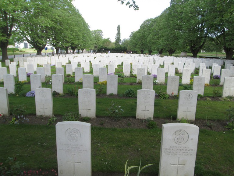 The Essex Farm cemetery, close to the aid station where physician John McCrae wrote his famed poem | © Larry/Flickr