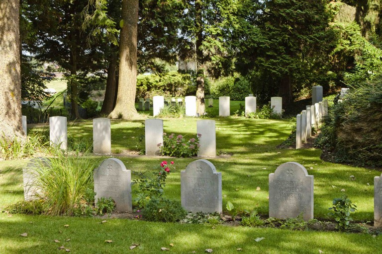 The peaceful St. Symphorien Military Cemetery, 2 kilometers outside the city center | © Wernervc/Wikimedia Commons