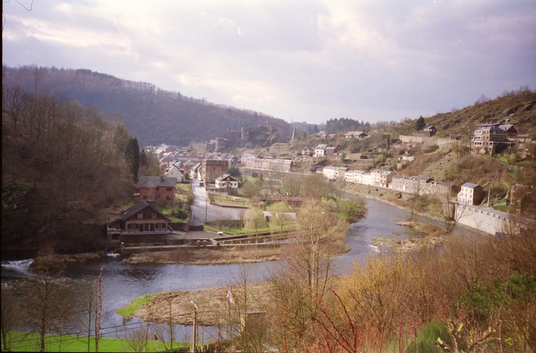The Ourthe meandering through La-Roche-en-Ardenne with the castles ruins in the background | © Rob Glover/Flickr